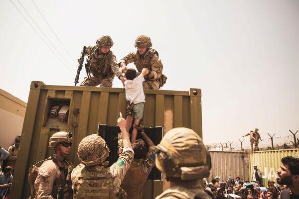 Un alto ufficiale, allo scalo di Kabul, ha raccontato di madri afghane disperate che lanciavano i propri figli oltre il filo spinato, nella speranza di metterli in salvo affidandoli ai militari stranieri. - Sputnik Italia