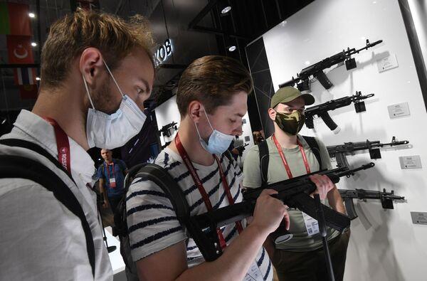 I Giochi non solo stimolano l'interesse di soldati e ufficiali nell'addestramento al combattimento, mostrando le caratteristiche di sparo e manovrabilità di attrezzature e armi, ma sono anche un'eccellente pubblicità per i prodotti dell'industria della difesa russa. - Sputnik Italia