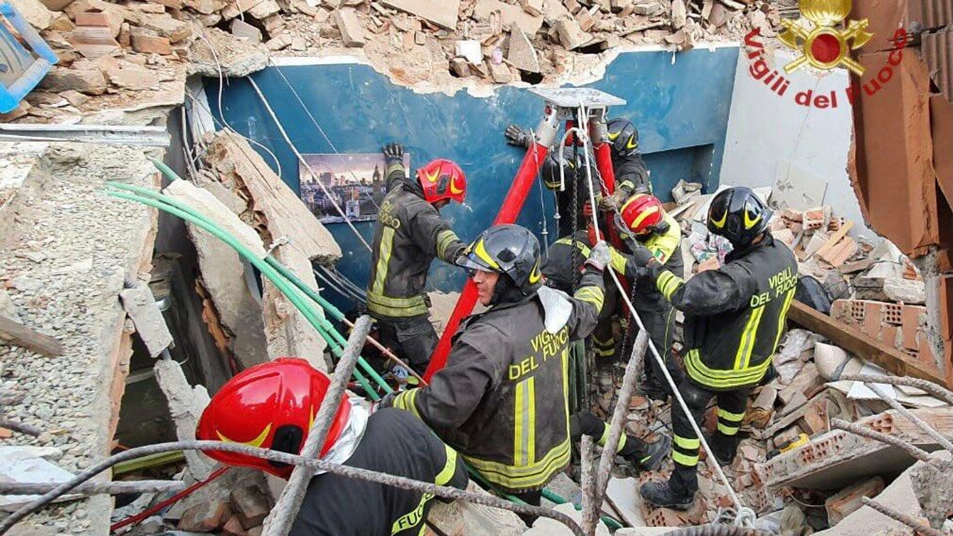 Vigili del fuoco nelle operazioni di soccorso per il crollo di una palazzina a Torino, 24 agosto 2021 - Sputnik Italia, 1920, 24.08.2021