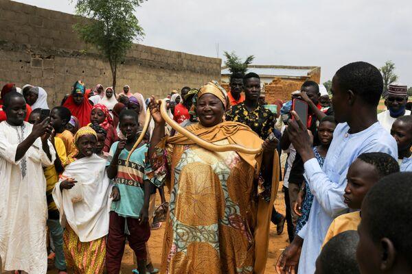 Umma Dauda Abdullahi tiene un serpente in mano durante uno spettacolo circense a Gabasawa, nello stato di Kano, in Nigeria. - Sputnik Italia