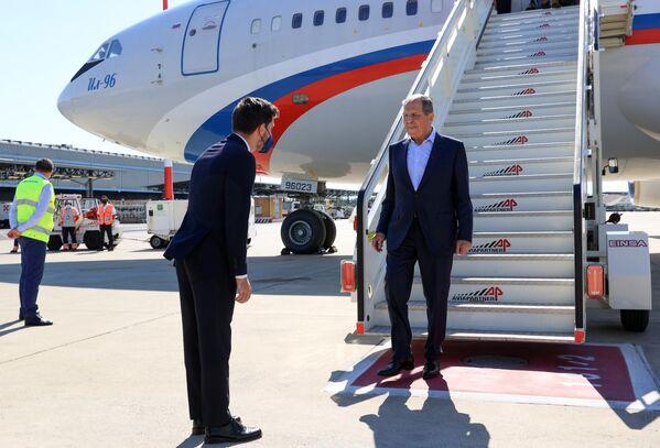 """""""Nei paesi occidentali ho molti amici, anche tra i miei colleghi. E sono invitato in alcuni paesi dell'Unione Europea. Ad esempio, il mese prossimo farò visite molto importanti: Ungheria, Austria, Italia"""", sono state le parole con cui il Ministro degli Esteri russo ha annunciato la sua visita in Italia. - Sputnik Italia"""