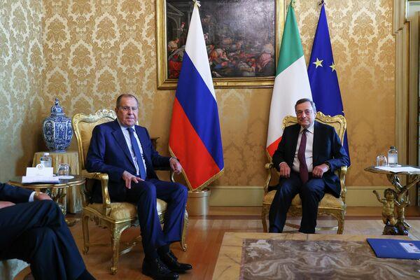In particolare Il premier e il ministro hanno parlato della necessità di proseguire con il dialogo politico promosso a Ginevra dalle Nazioni Unite anche in vista delle elezioni di fine dicembre e della necessità di un rapido ritiro delle forze straniere dal Libia. - Sputnik Italia
