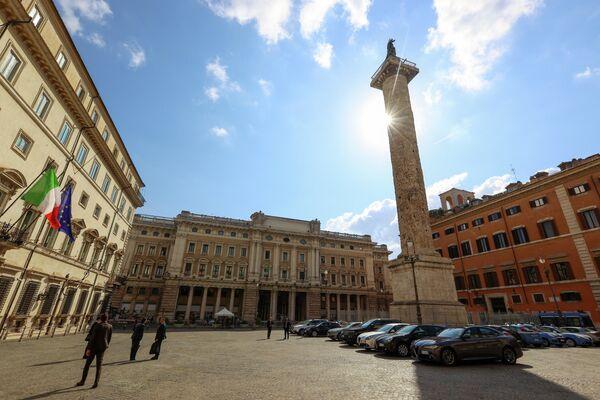 Il corteo di auto è entrato intorno alle 10.30 e uscito, sempre dall'ingresso posteriore della sede del governo, dopo circa 45 minuti. - Sputnik Italia
