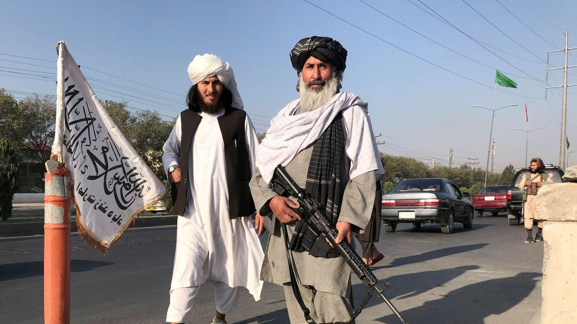 Un membro dei talebani con un M16 americano - Sputnik Italia, 1920, 28.08.2021