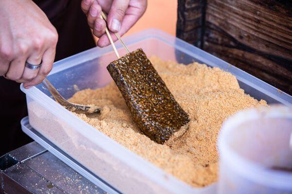 La torta di sangue di maiale è un tipo di cibo taiwanese a base di riso e sangue: è la specialità regina del mercato notturno a Taiwan. - Sputnik Italia