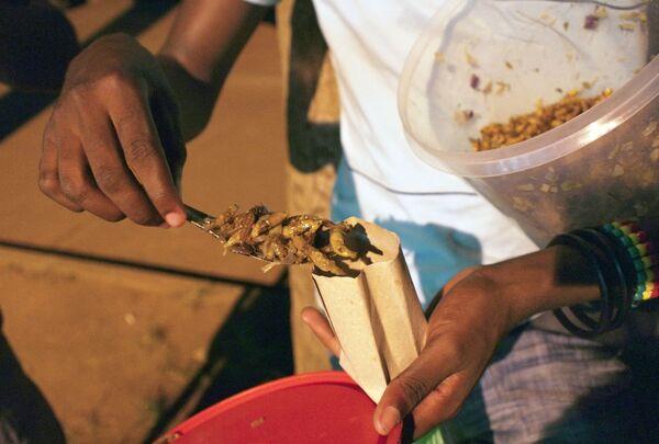 Cavallette arrostite vendute per le strade dell'Uganda. - Sputnik Italia