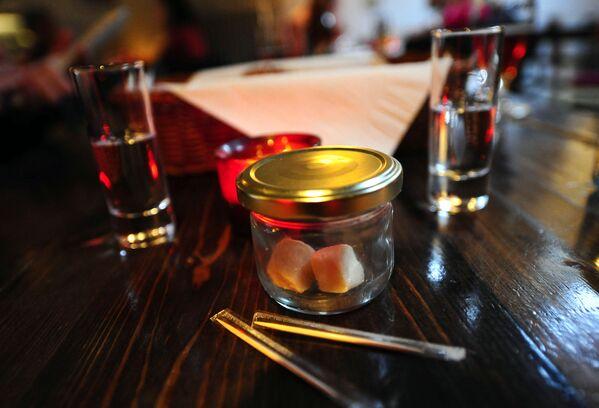 Filetti di squalo e due cicchetti di Brennevin, il liquore tipico dell'Islanda ottenuto da purè di patate. - Sputnik Italia
