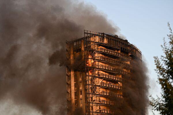 Le fiamme si sono sviluppate alle 17.36 di domenica 29 agosto al civico 32 di via Antonini, un edificio di 16 piani dove vivono circa 70 famiglie. - Sputnik Italia