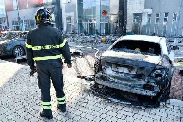 Coinvolte nell'incendio anche una ventina di autovetture parcheggiate nell'area sottostante. - Sputnik Italia