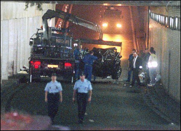 Il 31 agosto 1997 Lady Diana rimase vittima di un incidente automobilistico sotto il tunnel del Pont de l'Alma a Parigi, insieme al suo compagno Dodi Al-Fayed, quando la loro Mercedes, guidata dall'autista Henri Paul, si schiantò contro il tredicesimo pilastro della galleria. - Sputnik Italia