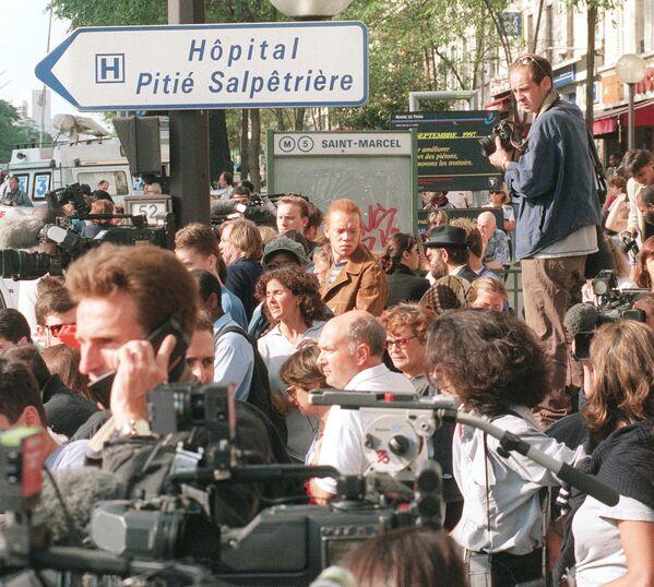 La conferenza stampa per l'annuncio ufficiale della morte venne tenuta alle 5:30 da un medico dell'ospedale, dal Ministro dell'interno Jean-Pierre Chevènemente e da Michael Jay, ambasciatore del Regno Unito in Francia. - Sputnik Italia
