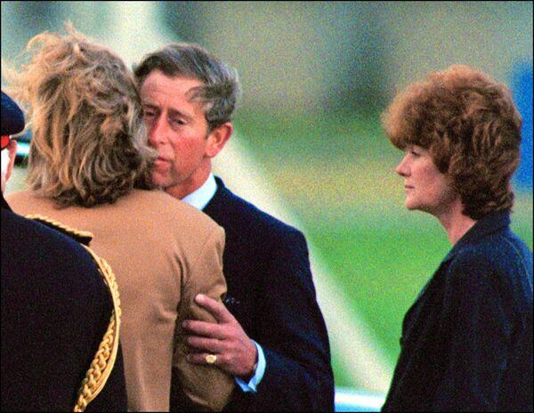 Verso le 14, il principe Carlo e le due sorelle di Diana, Lady Sarah McCorquodale e Lady Jane Fellowes, arrivarono a Parigi per l'identificazione del corpo e ripartirono con la salma della principessa 90 minuti dopo. - Sputnik Italia