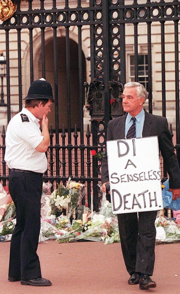 Il giorno successivo, il 6 settembre, giorno del funerale, per le strade di Londra si riversarono circa 3 milioni di persone. Le cause dell'incidente non furono mai del tutto chiarite. - Sputnik Italia