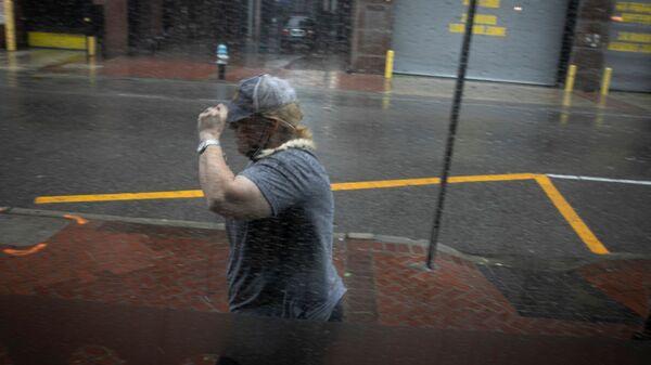 Женщина под дождем во время обрушения урагана Ида на штат Луизиана - Sputnik Italia