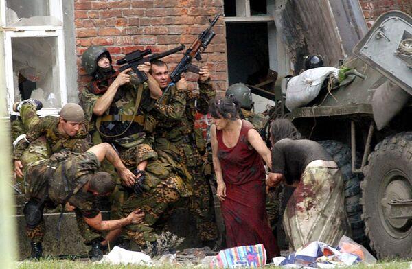 Il primo settembre 2004 sembrava un primo giorno di scuola come tutti gli altri, ma poi è cominciato il massacro: un commando di terroristi islamici ceceni fece irruzione nella scuola  N°1 di Beslan. - Sputnik Italia