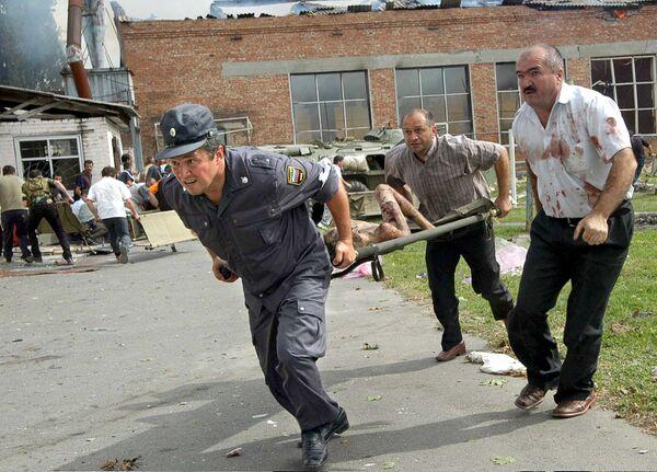 Gli ostaggi vennero ammassati nella palestra e costretti ad assistere all'esecuzione di molti di loro. - Sputnik Italia