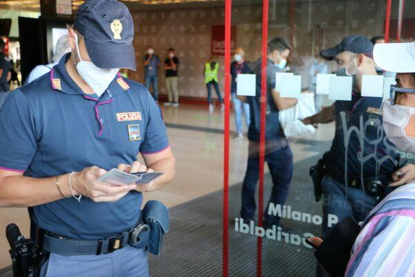 Agente di polizia controlla il Green Pass - Sputnik Italia
