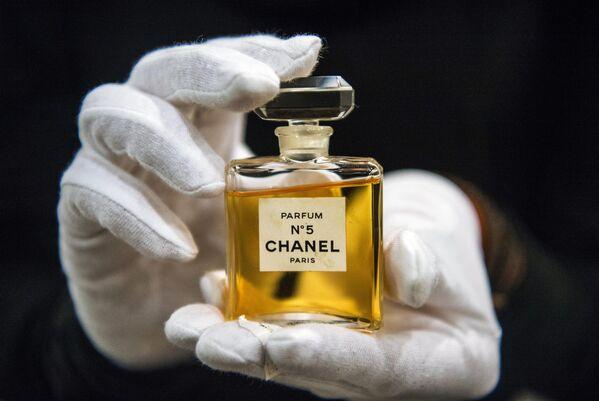Grazie al naso del profumiere francese Ernest Beaux, Chanel diede vita a un profumo che liberava le donne dai classici sentori femminili mono-odore di violetta o mughetto. - Sputnik Italia
