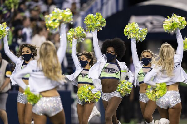 Le cheerleader dei Seattle Seahawks scendono in campo durante una partita di calcio tra i Los Angeles Chargers e i Seattle Seahawks, sabato 28 agosto 2021 a Seattle. - Sputnik Italia