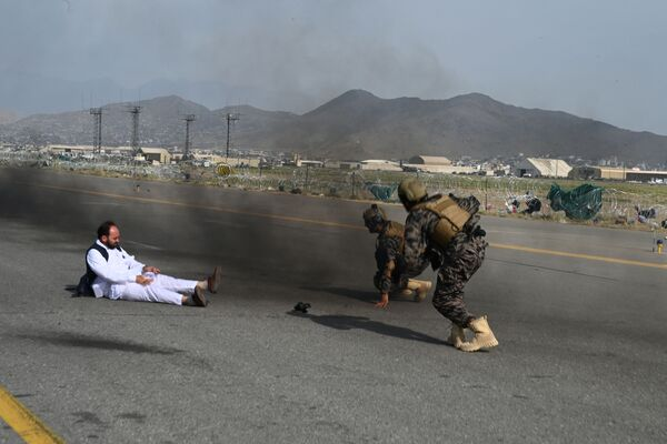 I combattenti delle forze speciali talebane e un giornalista si alzano dopo essere caduti da un veicolo all'aeroporto di Kabul, il 31 agosto 2021. - Sputnik Italia