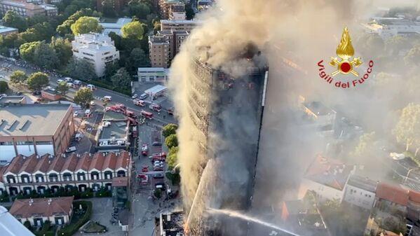 """Un poderoso incendio è divampato in un palazzo di via Antonini, soprannominato """"Torre del Moro"""", nella periferia sud di Milano, il 29 agosto 2021.  - Sputnik Italia"""