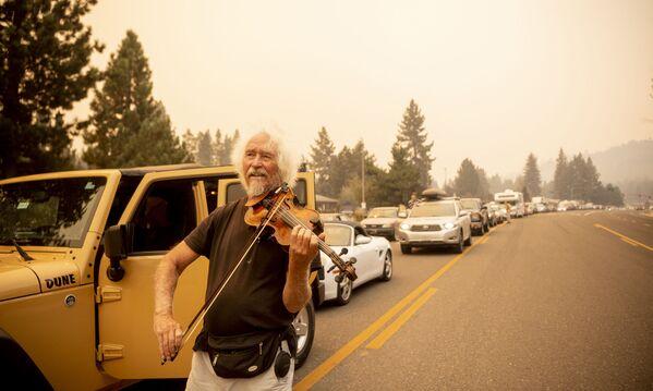 Le migliaia di turisti che stavano trascorrendo le vacanze a South Lake Tahoe, in California, sono stati fatti evacuare a causa dell'enorme incendio che sta bruciando la zona. Devastata un'area di oltre 7000 chilometri quadrati. Nella California settentrionale il fumo nero rende l'aria inquinata e irrespirabile. - Sputnik Italia