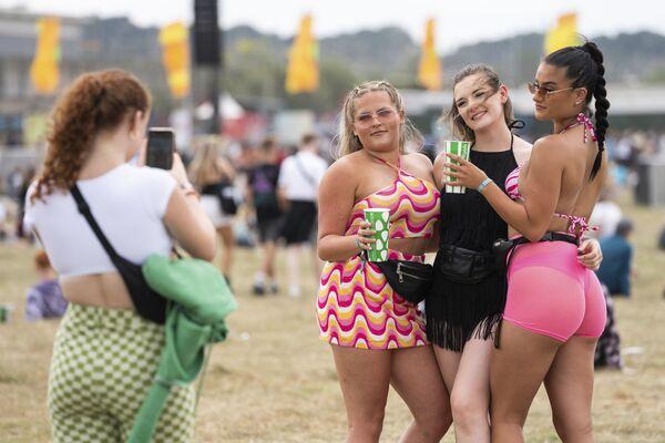 Alcune donne scattano una foto durante il Reading Music Festival, in Inghilterra, sabato 28 agosto 2021. - Sputnik Italia