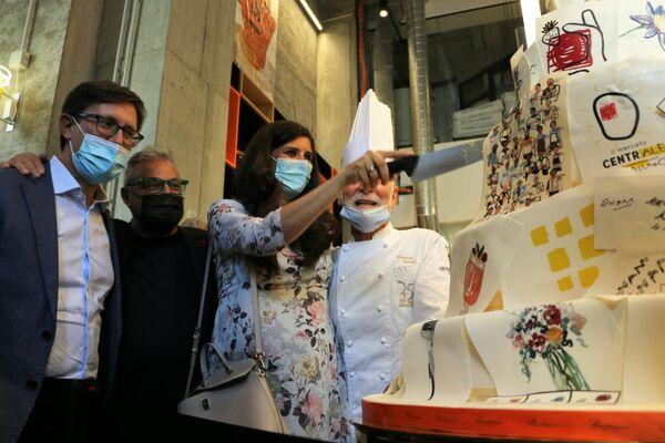 Ieri, alle 19, è stato inaugurato il Mercato Centrale Milano. Chiara Appendino taglia la torta. - Sputnik Italia
