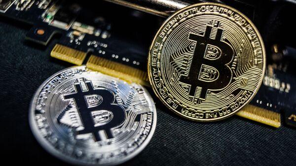 Сувенирные монеты с логотипами криптовалюты биткоин - Sputnik Italia