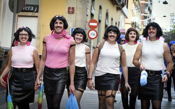 Un gruppo di spagnoli cammina per strada, travestito da Freddie Mercury, mentre partecipa a un carnevale di strada a Santa Cruz de Tenerife, sull'isola spagnola delle Canarie di Tenerife, il 13 febbraio 2016. - Sputnik Italia