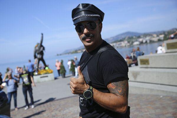 Un tifoso posa vicino a una statua del defunto cantante della band britannica Queen, Freddie Mercury, 8 settembre 2018 a Montreux. - Sputnik Italia