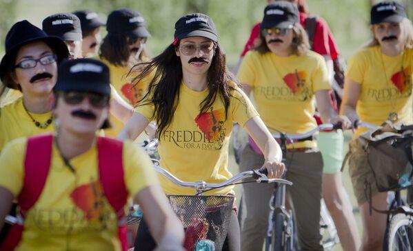 I fan di Freddie Mercury vanno in bicicletta con i baffi durante un evento che commemora i 65 anni dalla nascita della rock star, 10 settembre 2010. Decine di persone si sono unite a un giro in bicicletta per le strade della capitale rumena in memoria del cantante dei Queen. - Sputnik Italia