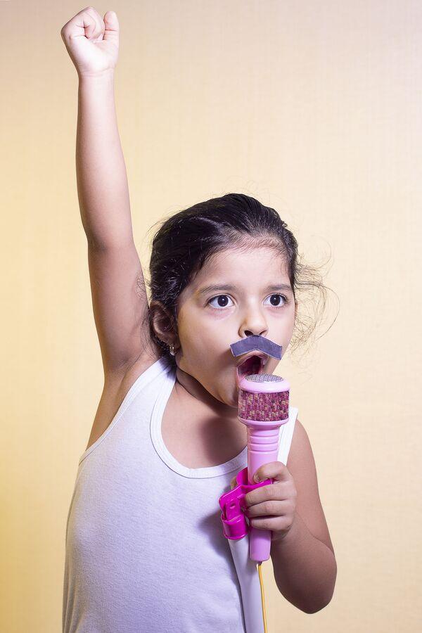 Una bambina con i baffi che canta, usando il suo microfono. - Sputnik Italia