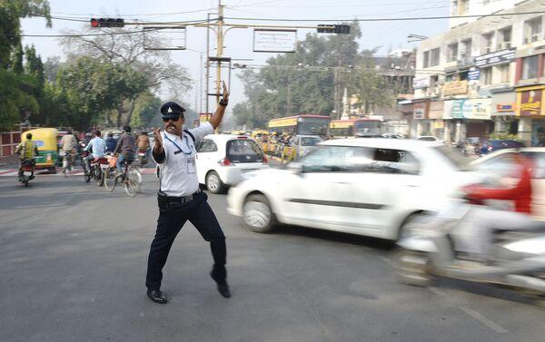 """Il poliziotto stradale indiano Ranjeet Singh dirige il traffico mentre """"cammina sulla luna"""" a un incrocio. È ispirato a Bollywood e ha baffi in stile Freddie Mercury, 22 dicembre 2017. - Sputnik Italia"""