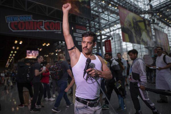 Un partecipante, vestito da Freddie Mercury, posa durante il Comic Con di New York, 3 ottobre 2019. - Sputnik Italia