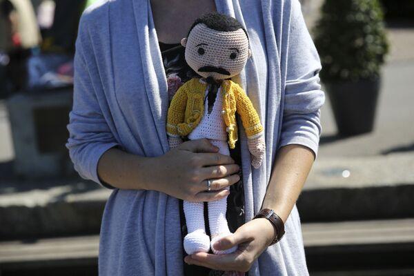 Una bambola, accanto a una statua del defunto cantante dei Queen, Freddie Mercury, a Montreux, mentre i fan si riuniscono come ogni anno per festeggiare il compleanno della star. - Sputnik Italia
