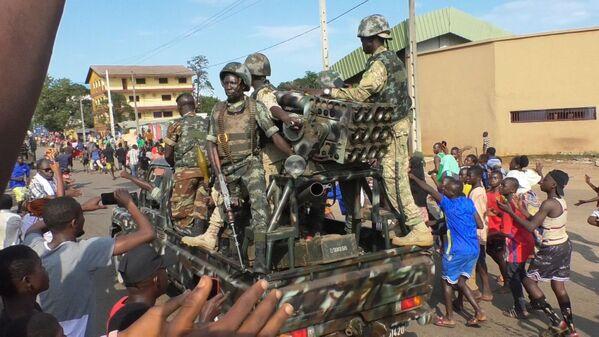 Il tentativo di colpo di stato è avvenuto circa una settimana dopo che il Parlamento guineano aveva approvato una variazione del bilancio nazionale per aumentare le spese parlamentari e della presidenza, e allo stesso tempo una riduzione dei fondi per le forze dell'ordine come polizia ed esercito. - Sputnik Italia
