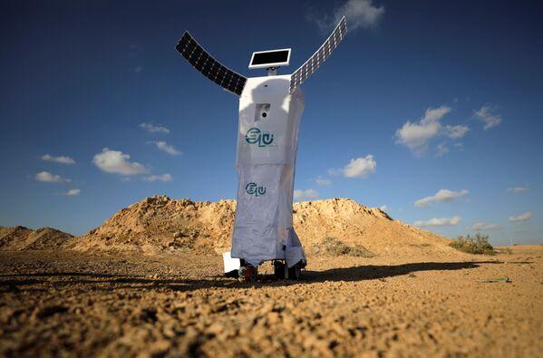 L'ingegnere egiziano Mahmoud el-Koumy, vincitore del Geneva Invention Award, ha inventato un robot che genera acqua dall'aria, il primo del suo genere in grado di farlo. - Sputnik Italia