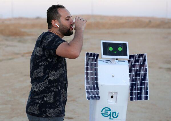 Mahmoud El-Komy beve l'acqua prodotta dal suo robot in grado di creare acqua dall'aria. - Sputnik Italia