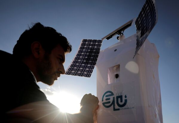 Il robot può individuare le aree con la più alta umidità e creare, quindi, una stazione di generazione di acqua. - Sputnik Italia