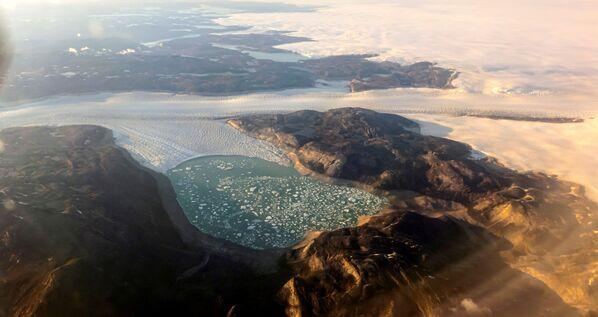 Vale a dire la progressiva deformazione della crosta terrestre, anche a mille chilometri di distanza rispetto al punto in cui si verifica la perdita di ghiaccio. - Sputnik Italia