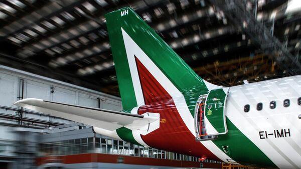 Aereo Alitalia in un hangar - Sputnik Italia