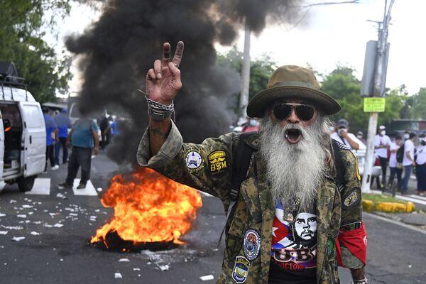 Un uomo protesta contro la circolazione di Bitcoin, San Salvador il 7 settembre 2021. Martedì El Salvador è diventato il primo paese al mondo ad accettare bitcoin come moneta a corso legale, nonostante lo scetticismo tra i cittadini del paese. - Sputnik Italia