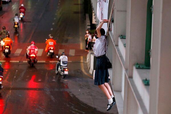 Una manifestante partecipa ad una protesta contro la gestione della pandemia da parte del governo thailandese, Bangkok, Thailandia, il 6 settembre 2021. - Sputnik Italia
