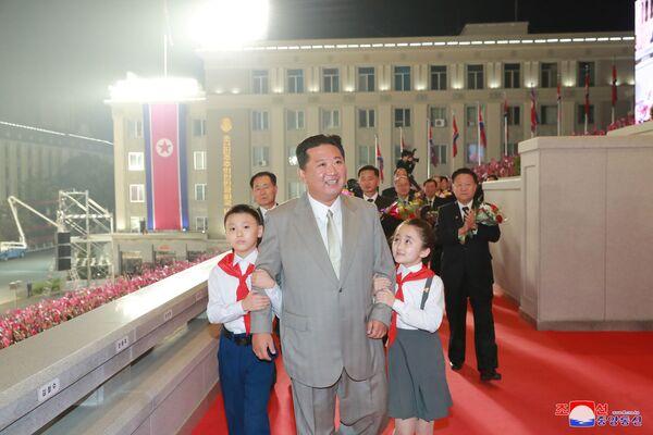 La Corea del Nord ha celebrato il 7️3esimo anniversario della sua fondazione con una parata militare notturna nelle strade di Pyongyang. Media locali hanno pubblicato varie foto del leader Kim Jong-un, accanto ai suoi collaboratori più stretti, mentre saluta la folla e le truppe. - Sputnik Italia