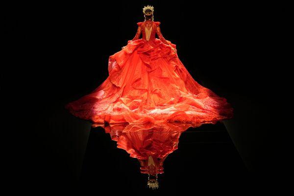 Una modella durante la China Fashion Week tenutasi a Pechino, Cina, mercoledì 8 settembre 2021. - Sputnik Italia