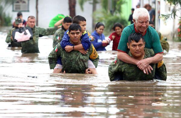 I membri dell'esercito messicano salvano le persone rimaste intrappolate nelle case allagate dopo le forti piogge a Tlaquepaque, nello stato di Jalisco, in Messico, il 3 settembre 2021. - Sputnik Italia
