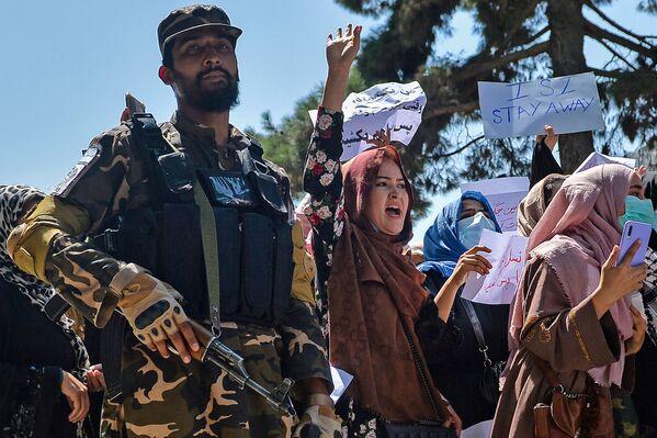 Donne afghane partecipano alla manifestazione anti-pakistana vicino all'ambasciata pakistana a Kabul, il 7 settembre 2021. - Sputnik Italia