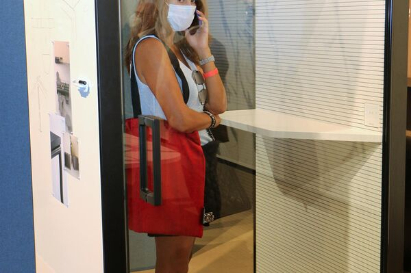 Una ragazza al Salone del Mobile - Sputnik Italia