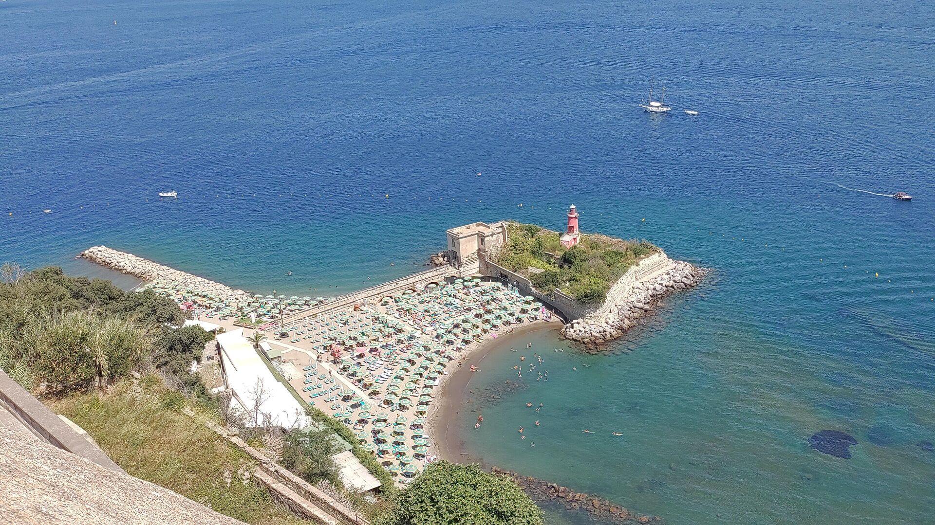 Estate spiaggia di Bacoli con ombrelloni, Napoli agosto 2021 - Sputnik Italia, 1920, 13.09.2021
